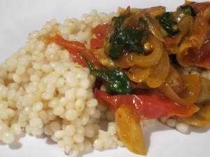 Ptitim with tomatoes, onions, and spinach
